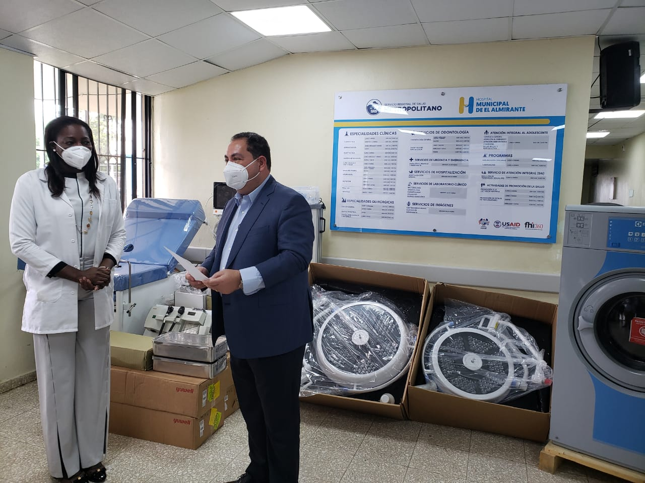 Director del Servicio Nacional de Salud (SNS) entrega equipos al Hospital Local El Almirante